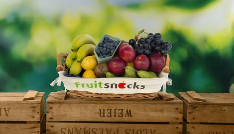 Menssana legt fruit in ander mandje