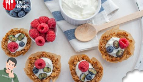 Coupes de granola avec des fruits