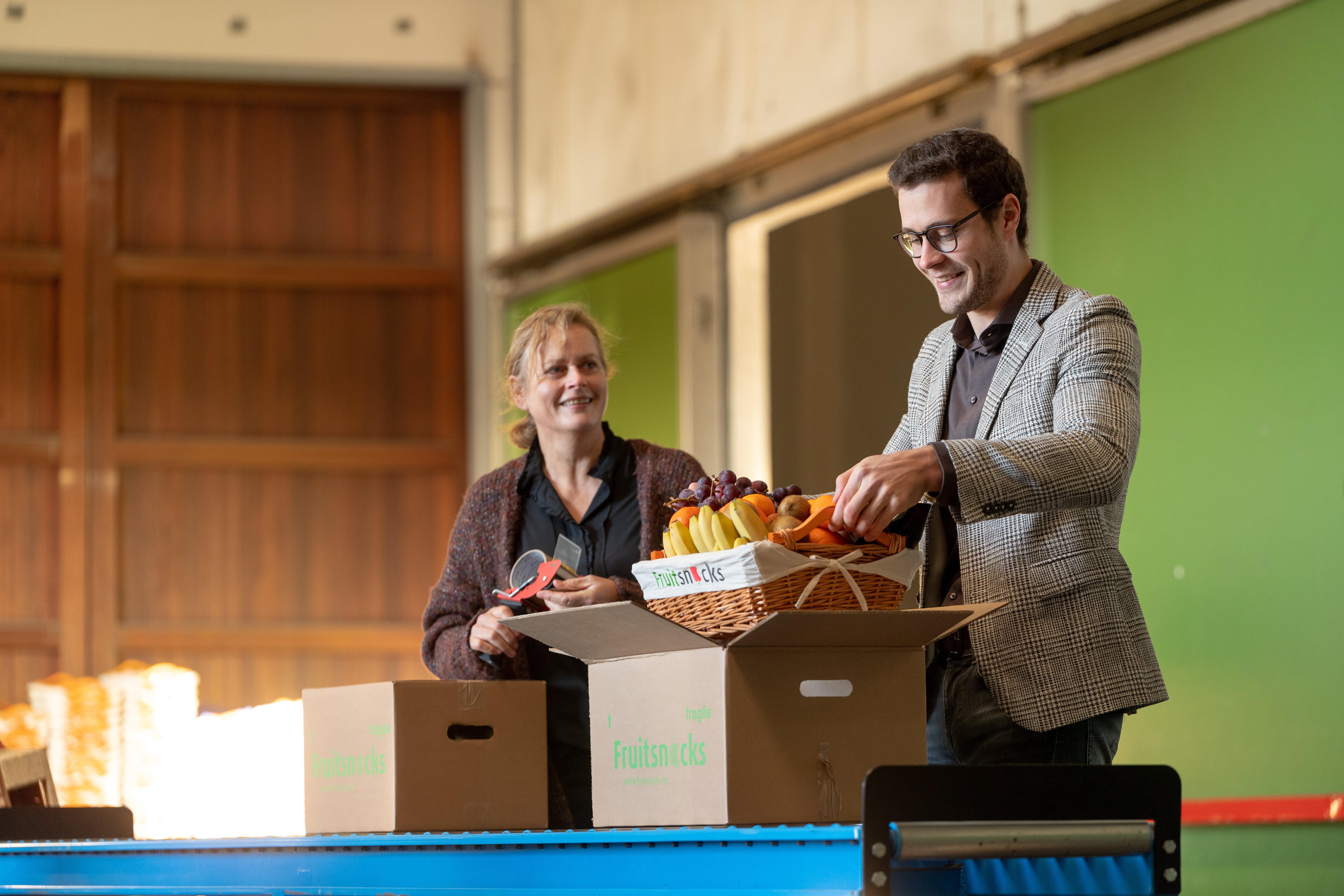 Heidi en Roel in de productie bij Fruitsnacks